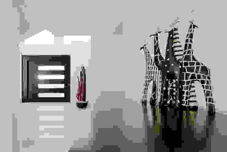 Modern corridor, hallway & stairs by Excelencia en Diseño Modern Wood-Plastic Composite