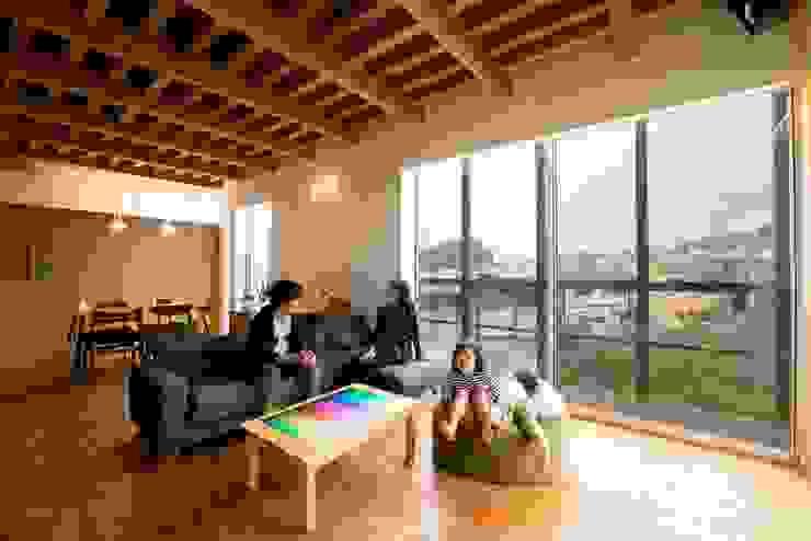 Moderne woonkamers van HAN環境・建築設計事務所 Modern Hout Hout