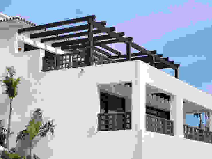 Balcón y baranda con estructura de madera Balcones y terrazas rústicos de homify Rústico