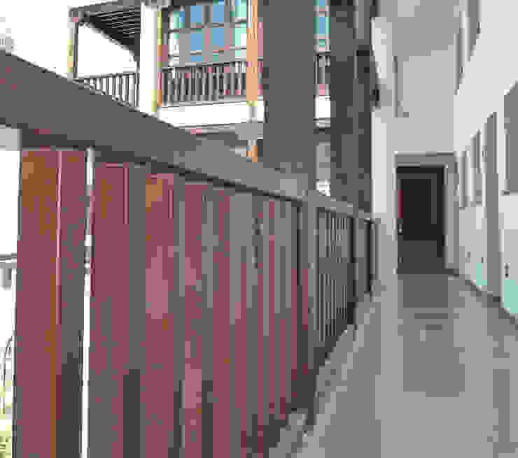 Baranda de madera Balcones y terrazas rústicos de homify Rústico