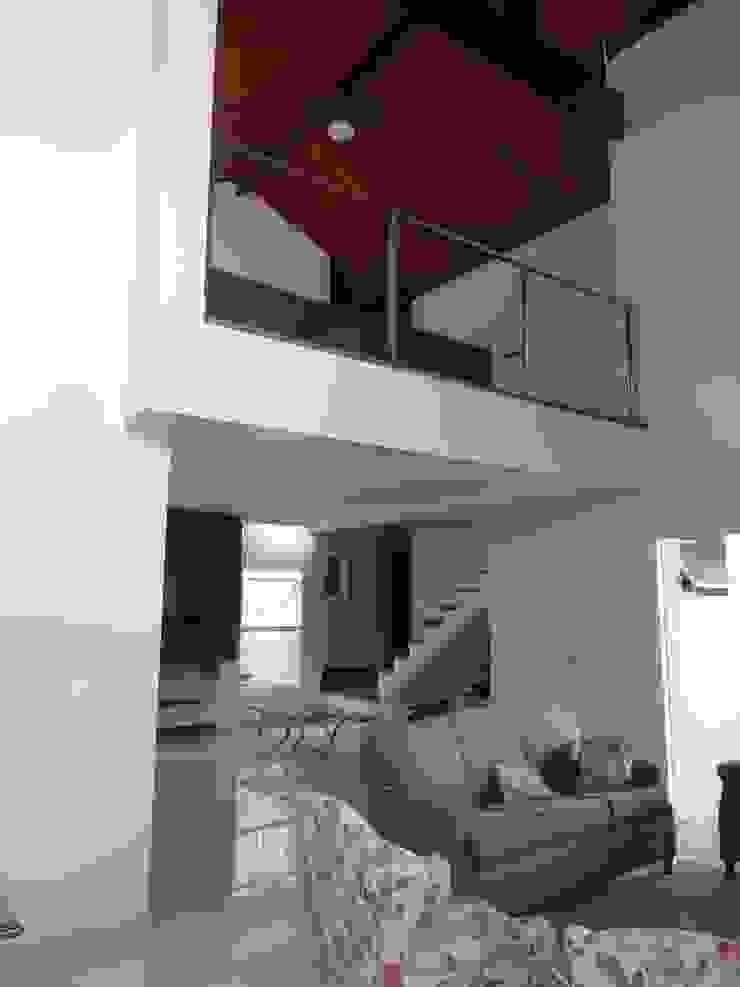 Casa SVJ Lozí - Projeto e Obra Corredores, halls e escadas ecléticos