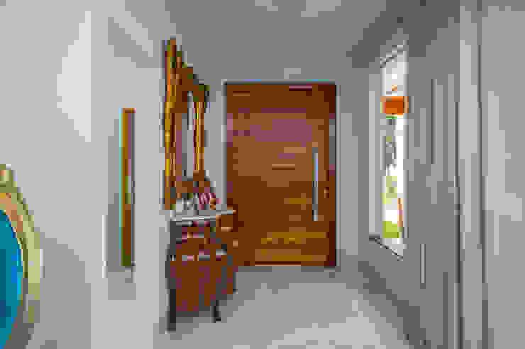 Modern corridor, hallway & stairs by Daniele Galante Arquitetura Modern