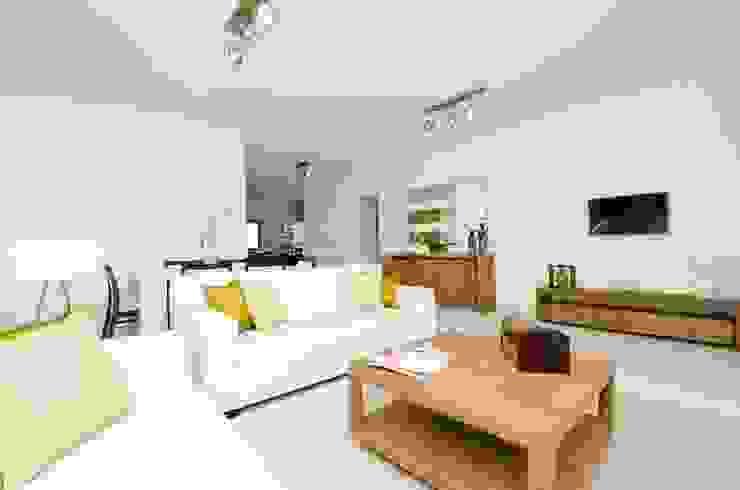 Private Interior Design Project – Apartment in Lagos por Simple Taste Interiors Clássico