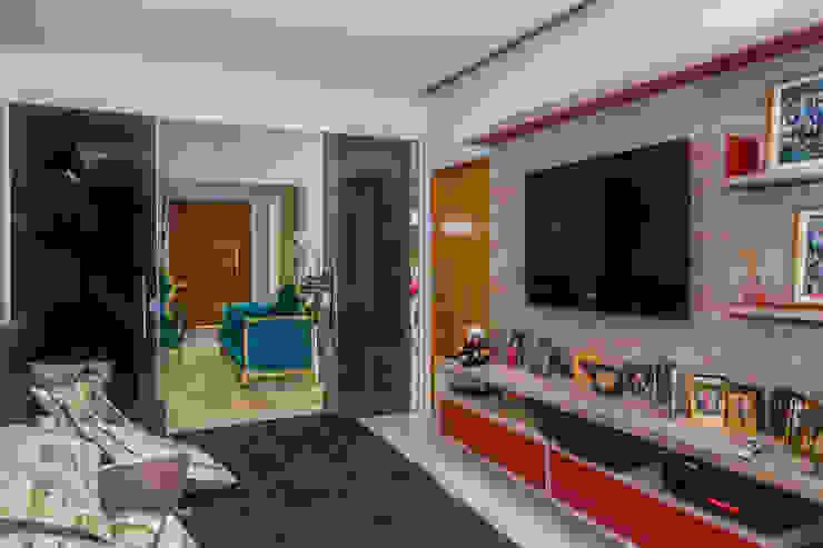 Projekty,  Pokój multimedialny zaprojektowane przez Daniele Galante Arquitetura, Nowoczesny