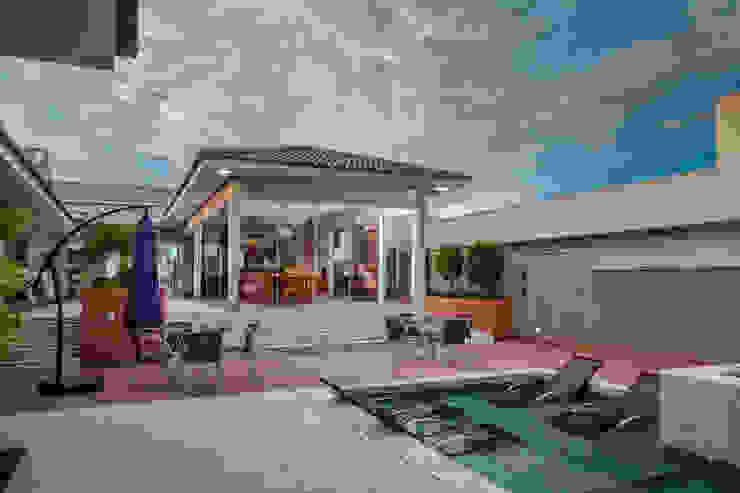 Modern pool by Daniele Galante Arquitetura Modern