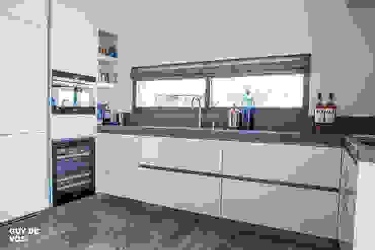 Punt-West Moderne keukens van Guy de Vos Modern