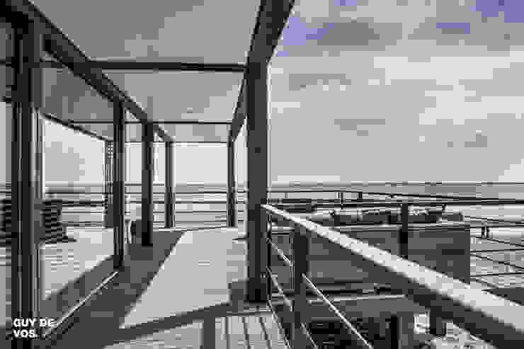 Punt-West Moderne balkons, veranda's en terrassen van Guy de Vos Modern