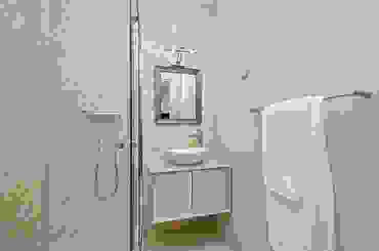 Private Interior Design Project – Apartment in Alvor por Simple Taste Interiors Clássico