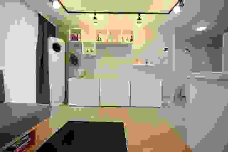[홈라떼] 책이 가득한 24평 복도식 아파트 홈스타일링: homelatte의  거실,미니멀
