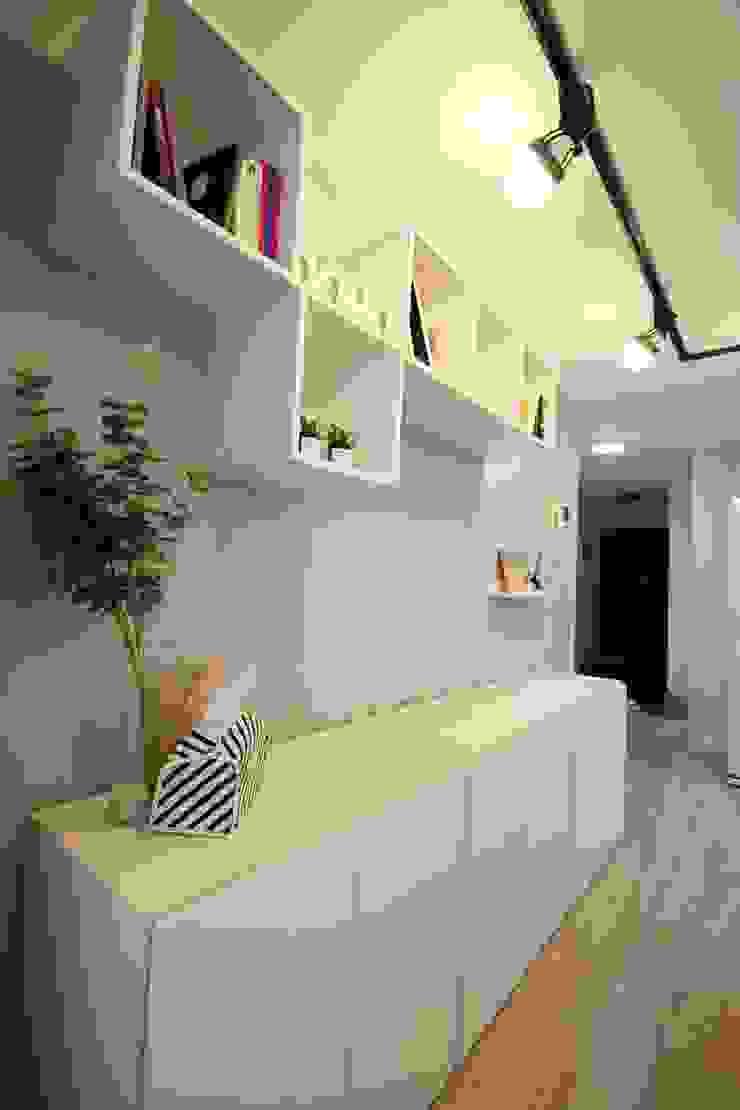 [홈라떼] 책이 가득한 24평 복도식 아파트 홈스타일링 미니멀리스트 거실 by homelatte 미니멀