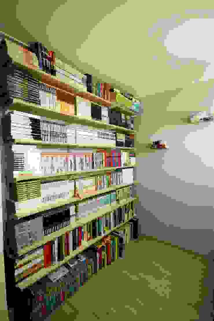 [홈라떼] 책이 가득한 24평 복도식 아파트 홈스타일링 미니멀리스트 서재 / 사무실 by homelatte 미니멀