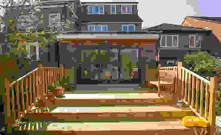 Terrazas de estilo  de The Market Design & Build, Minimalista Madera Acabado en madera