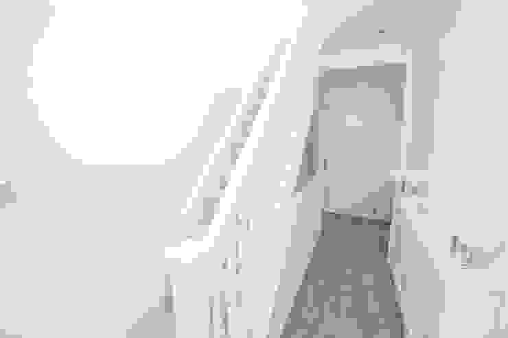 A stairway to heaven... الممر الحديث، المدخل و الدرج من The Market Design & Build حداثي