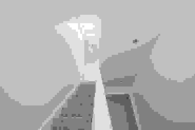 A perfect set of stairs up to the perfect new room! الممر الحديث، المدخل و الدرج من The Market Design & Build حداثي