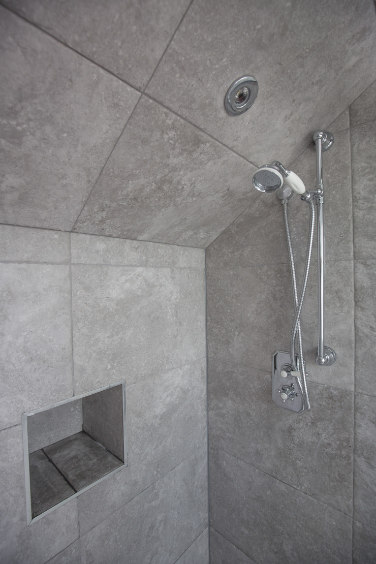 A spacious gray shower! من The Market Design & Build حداثي