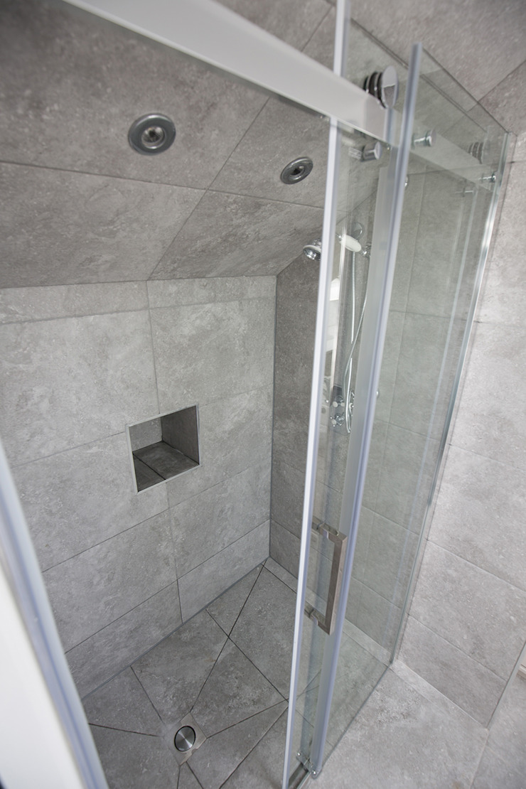 Plenty of space in this shower! من The Market Design & Build حداثي