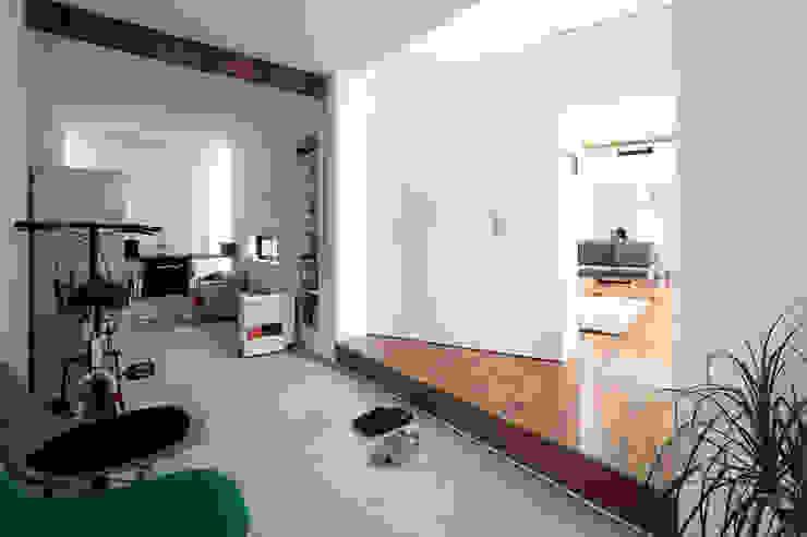 2010 HMC House モダンスタイルの 玄関&廊下&階段 の AtelierorB モダン