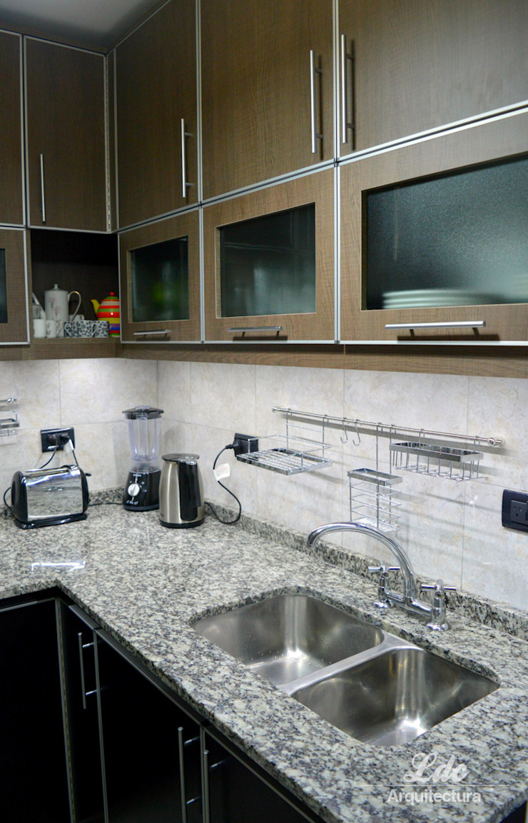 LDC Arquitectura Modern kitchen Chipboard Wood effect