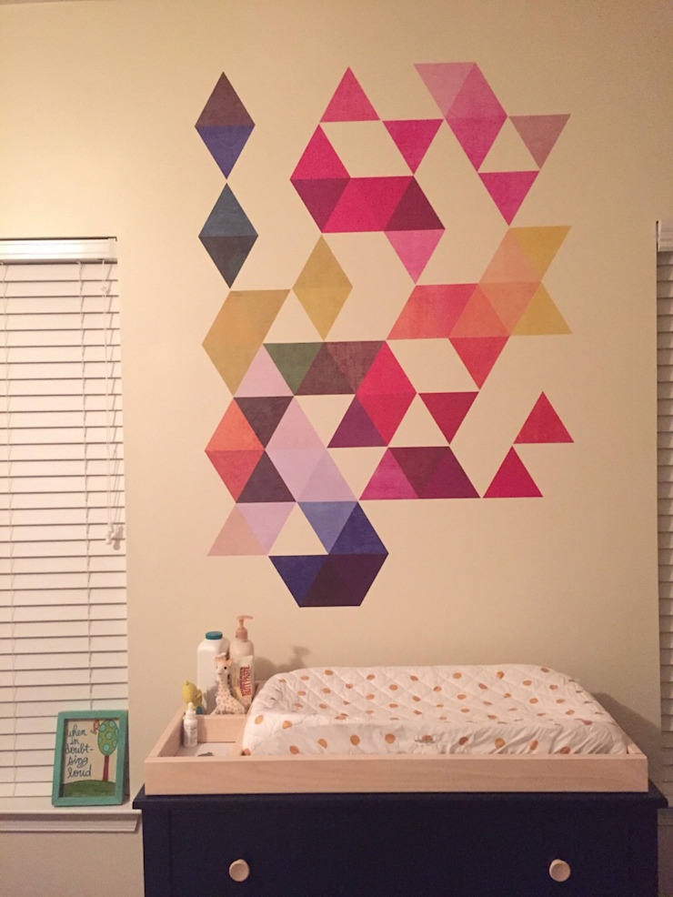 Nursery – Mid Century Style with Multi Colored Triangles Mid Century por MOONWALLSTICKERS.COM