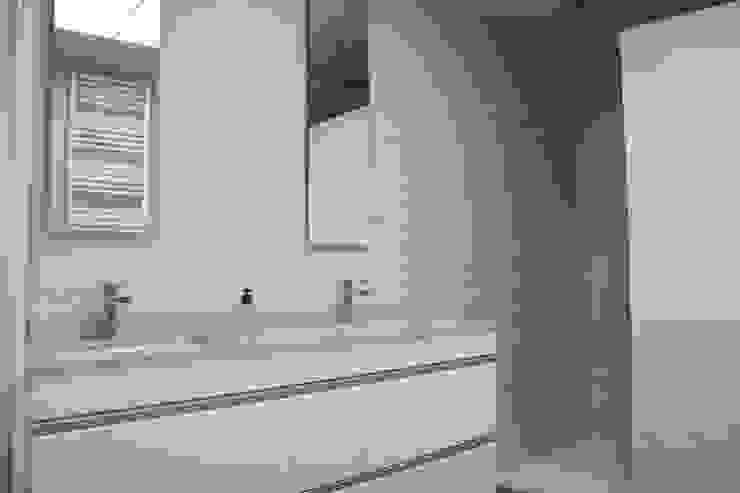 Baño Blanco en Valencia: Baños de estilo  de Gestionarq, arquitectos en Xàtiva, Moderno Cerámico