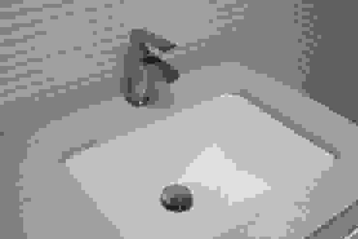 Grifería y pila bajo encastre en reforma de baño en Valencia: Baños de estilo  de Gestionarq, arquitectos en Xàtiva, Moderno Cerámico