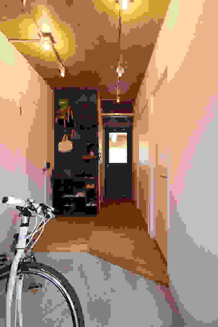 honyatosyodou Modern Corridor, Hallway and Staircase by nuリノベーション Modern