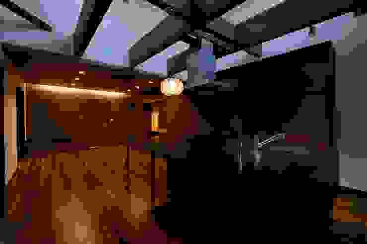 Livings de estilo moderno de 株式会社 大岡成光建築事務所 Moderno