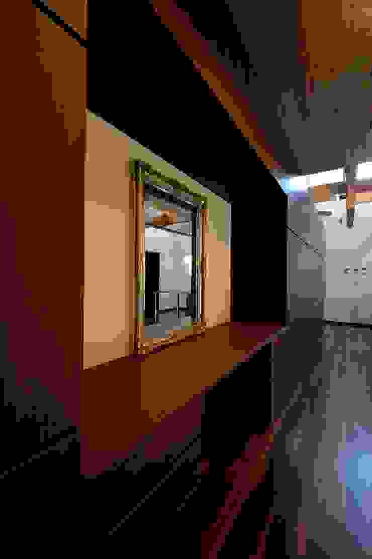 Vestidores y placares de estilo moderno de 株式会社 大岡成光建築事務所 Moderno