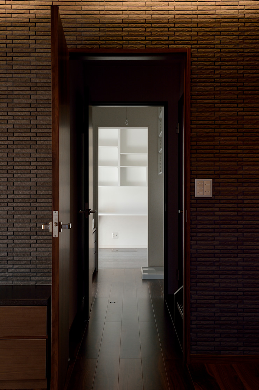 Oficinas y bibliotecas de estilo moderno de 株式会社 大岡成光建築事務所 Moderno