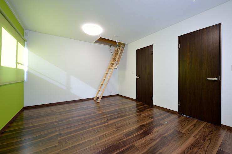 Dormitorios infantiles de estilo moderno de 株式会社 大岡成光建築事務所 Moderno