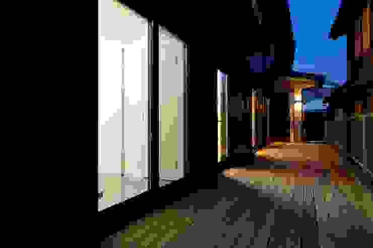 Balcones y terrazas modernos de 株式会社 大岡成光建築事務所 Moderno