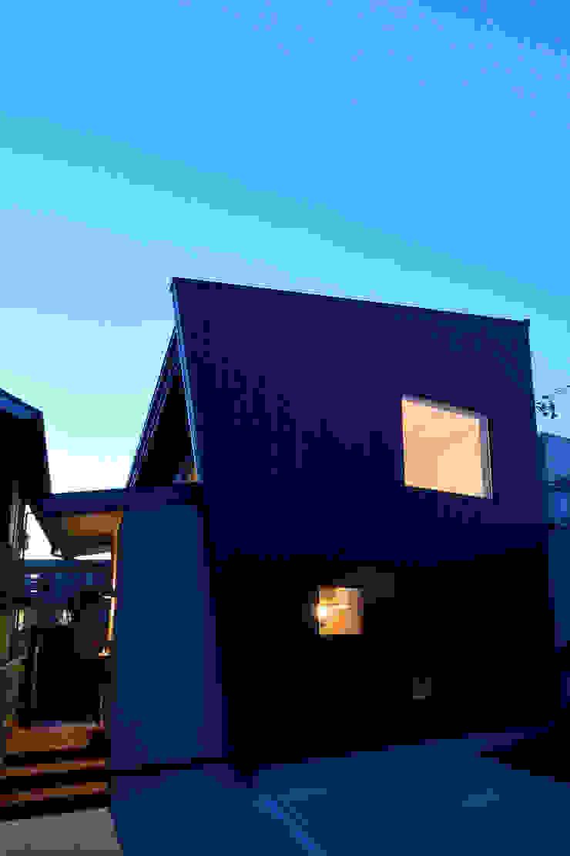 Casas estilo moderno: ideas, arquitectura e imágenes de 株式会社 大岡成光建築事務所 Moderno