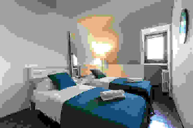 モダンスタイルの寝室 の Architrek モダン