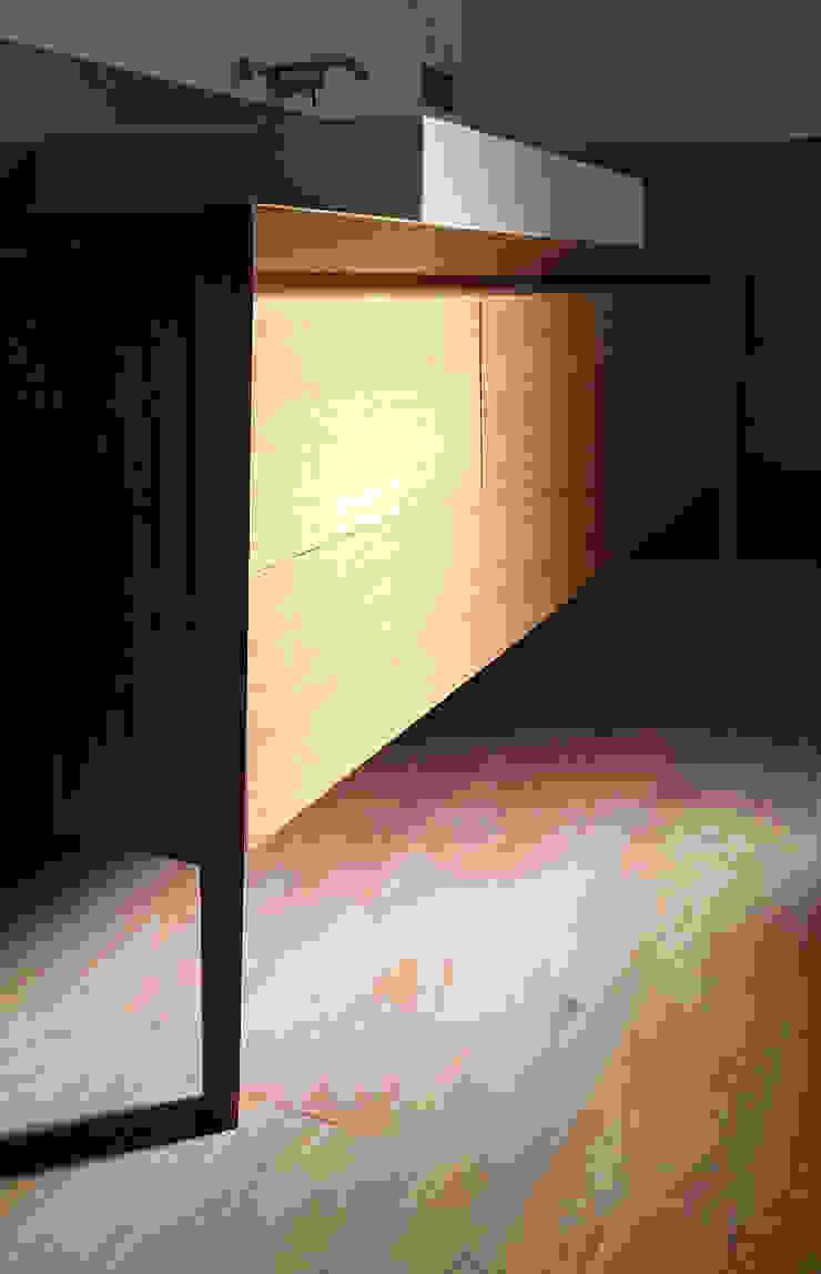 dettaglio del mobile lavabo realizzato su misura Bagno minimalista di M2Bstudio Minimalista Legno Effetto legno