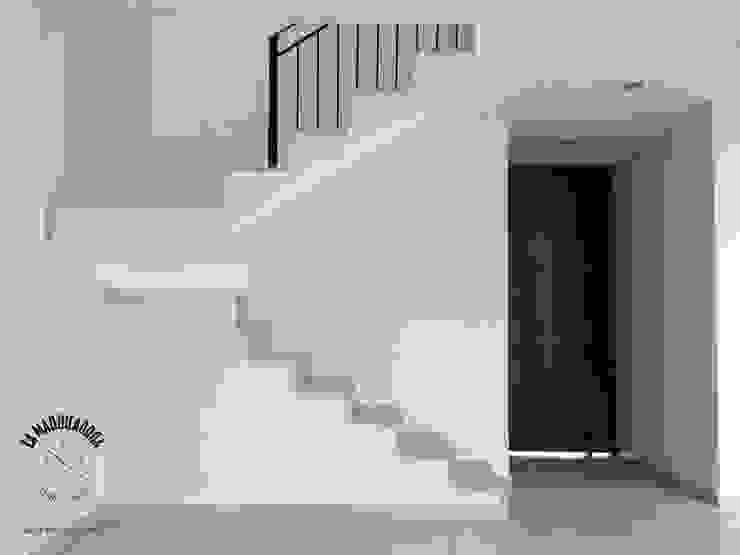 Minimalist corridor, hallway & stairs by La Maquiladora / taller de ideas Minimalist