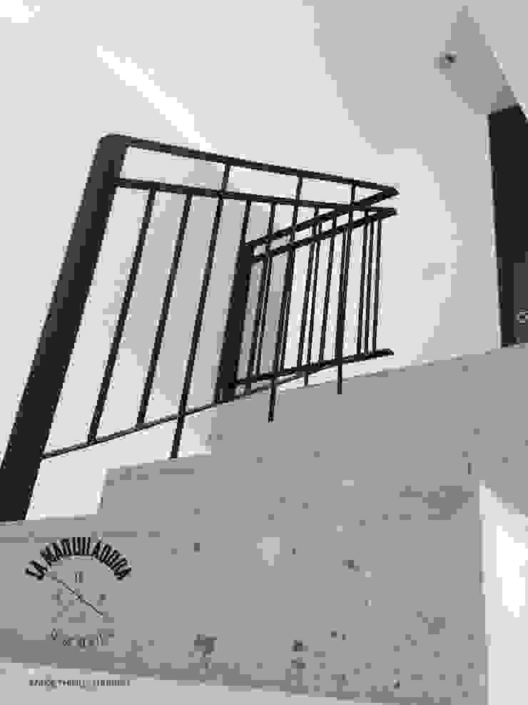 Casa Alborada Pasillos, vestíbulos y escaleras minimalistas de La Maquiladora / taller de ideas Minimalista