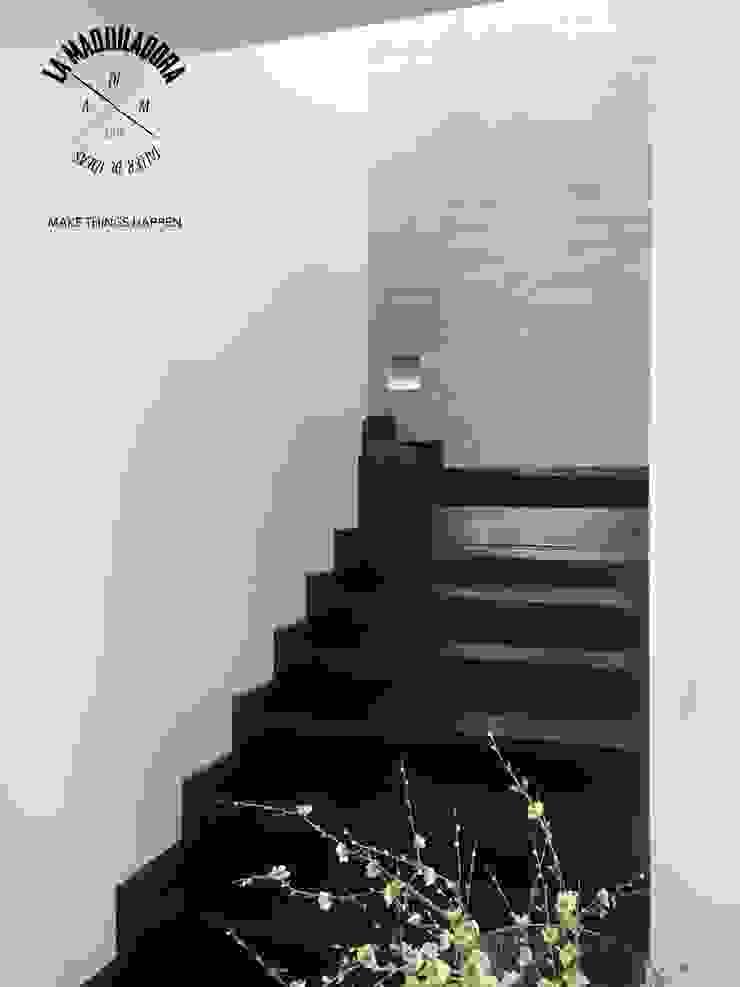 Modern corridor, hallway & stairs by La Maquiladora / taller de ideas Modern