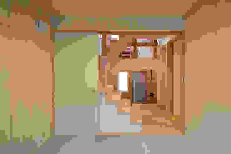 Salas multimédia ecléticas por 株式会社グランデザイン一級建築士事務所 Eclético Madeira Acabamento em madeira
