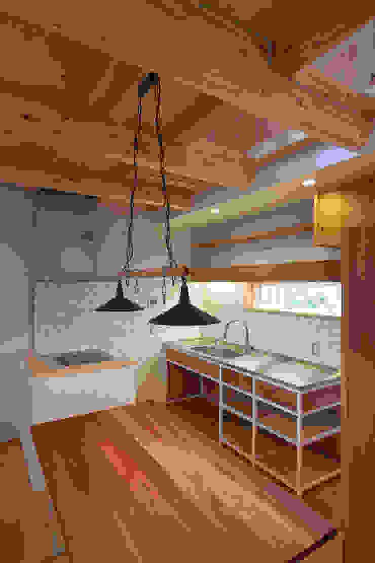Cozinhas ecléticas por 株式会社グランデザイン一級建築士事務所 Eclético Madeira Acabamento em madeira