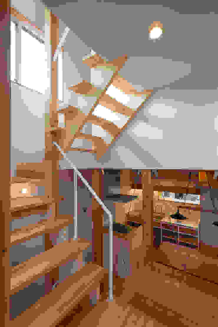 Corredores, halls e escadas ecléticos por 株式会社グランデザイン一級建築士事務所 Eclético Madeira Acabamento em madeira