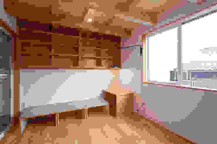 Salas de estar ecléticas por 株式会社グランデザイン一級建築士事務所 Eclético Madeira Acabamento em madeira