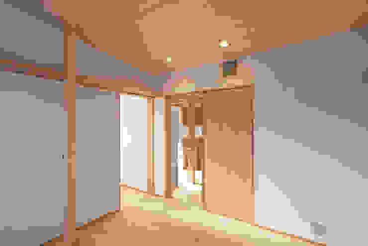 Quartos ecléticos por 株式会社グランデザイン一級建築士事務所 Eclético Madeira Acabamento em madeira