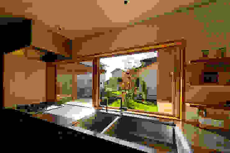 下古山・中庭のある家 中山大輔建築設計事務所/Nakayama Architects オリジナルデザインの キッチン