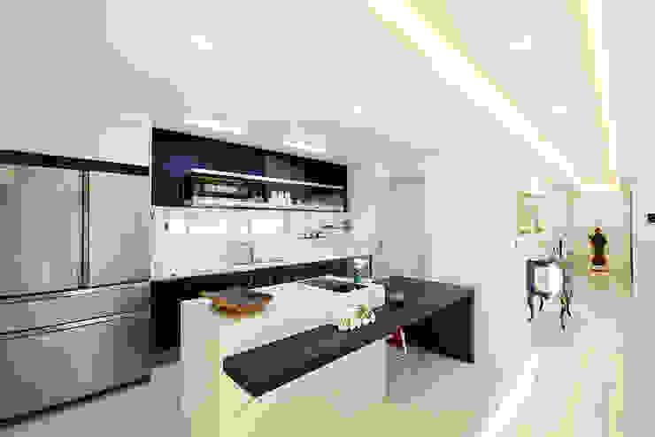 homify Modern Kitchen White