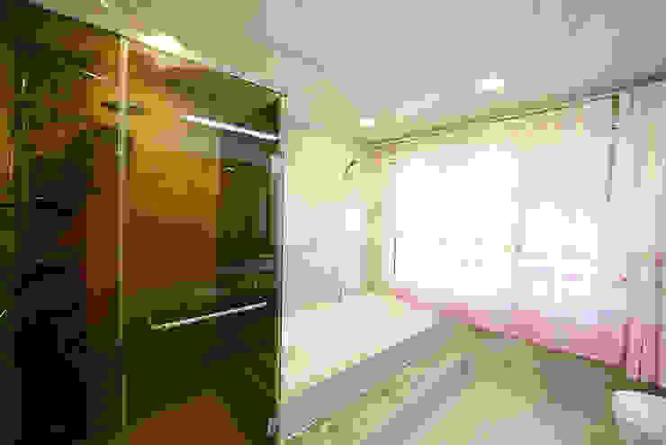 창이있는 욕실2: 코원하우스의  욕실
