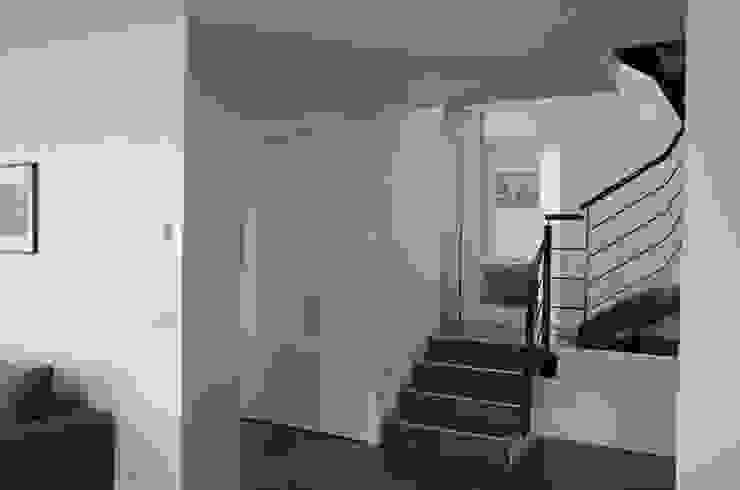 Escaliers avec rampe en acier Couloir, entrée, escaliers modernes par Pierre Bernard Création Moderne