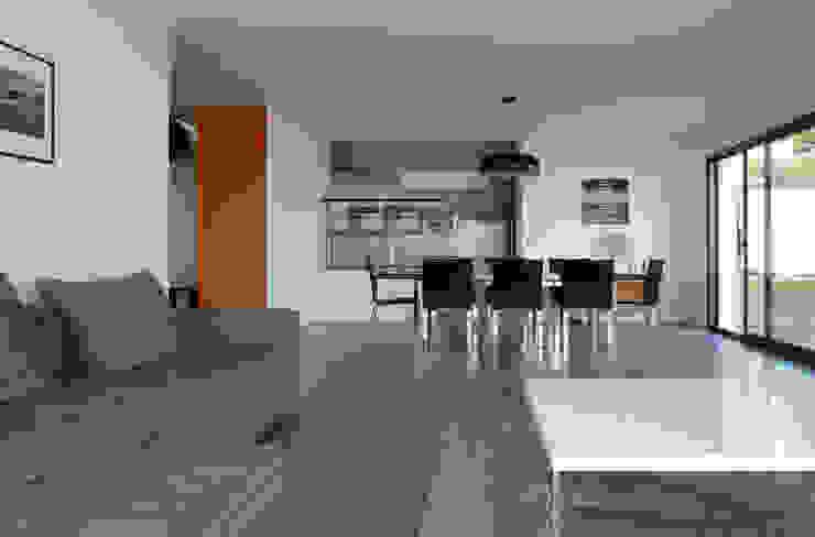 Salon ouvert sur salle à manger Salon moderne par Pierre Bernard Création Moderne