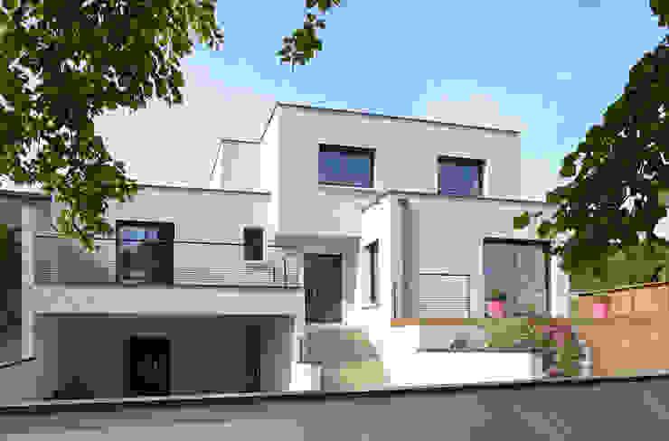 Maison cubique blanche ultra contemporaine dans le Rhône Maisons modernes par Pierre Bernard Création Moderne
