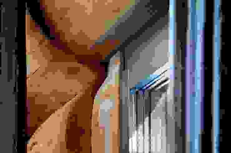 Landhaus mit besonderem Charme und gesundem Raumklima: Modernes Wohnen im Naturstammhaus Rustikale Fenster & Türen von Kneer GmbH, Fenster und Türen Rustikal