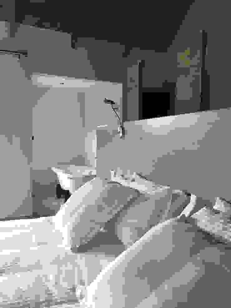 Timber house renovation Nieuwoudt Architects Dormitorios de estilo rural Blanco